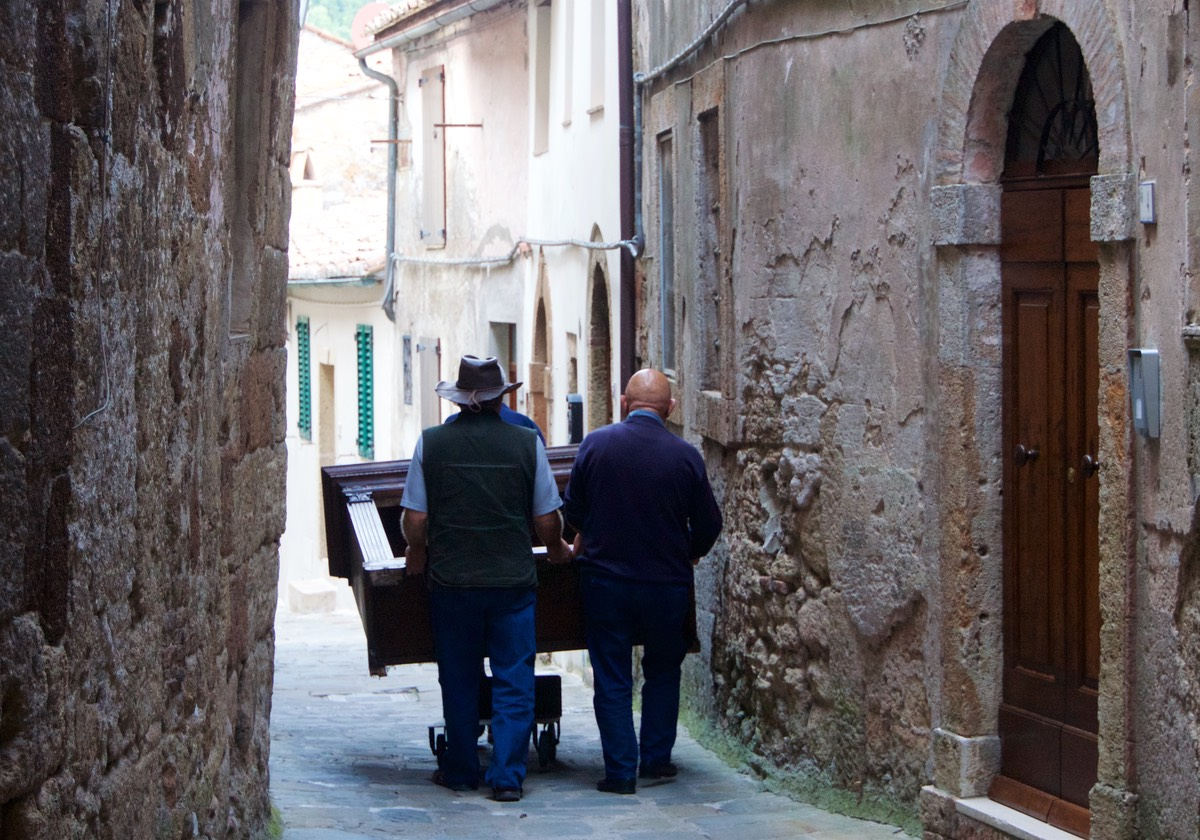 170911 Day 1 Road Trip Walking the streets of Sorano Furniture Moving
